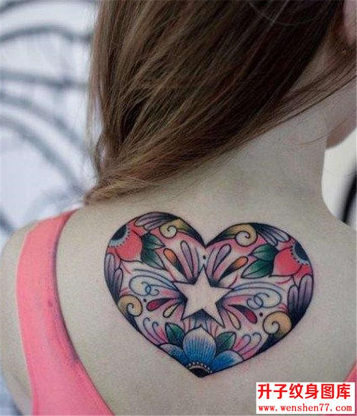 美女后背心形纹身图案