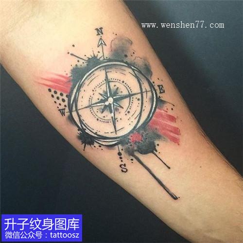 手臂内侧小清新指南针纹身图案
