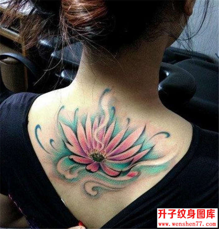 美女后背的莲花纹身图片