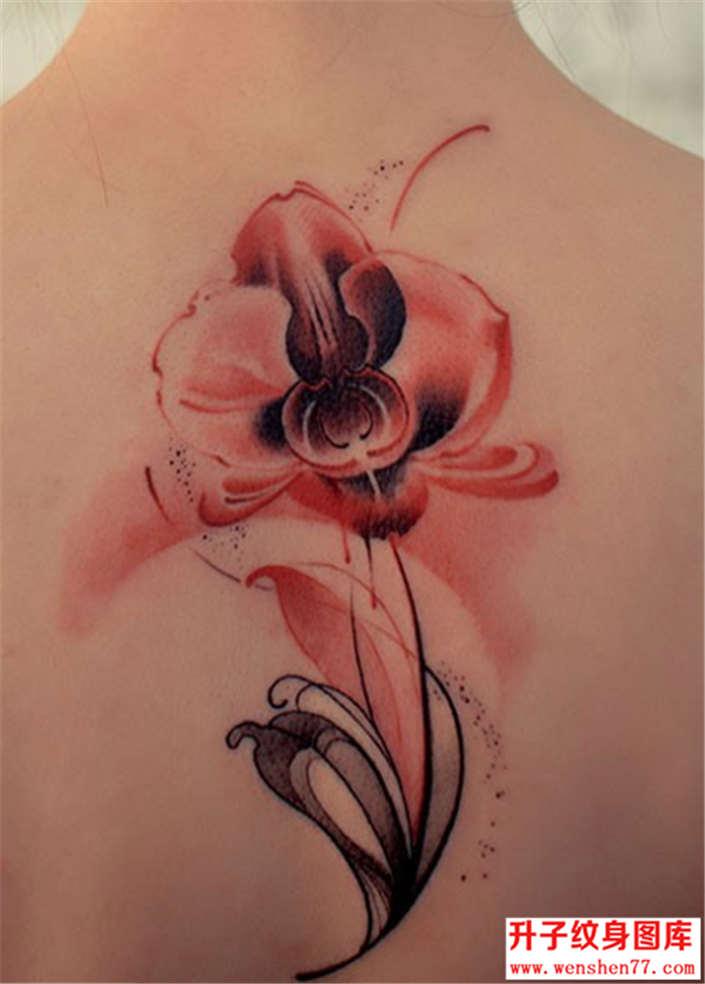 火红的花纹身图案
