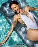 海浪上面的纹身美女