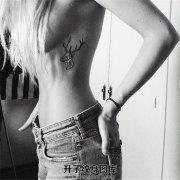 女生胸侧线条鹿纹身