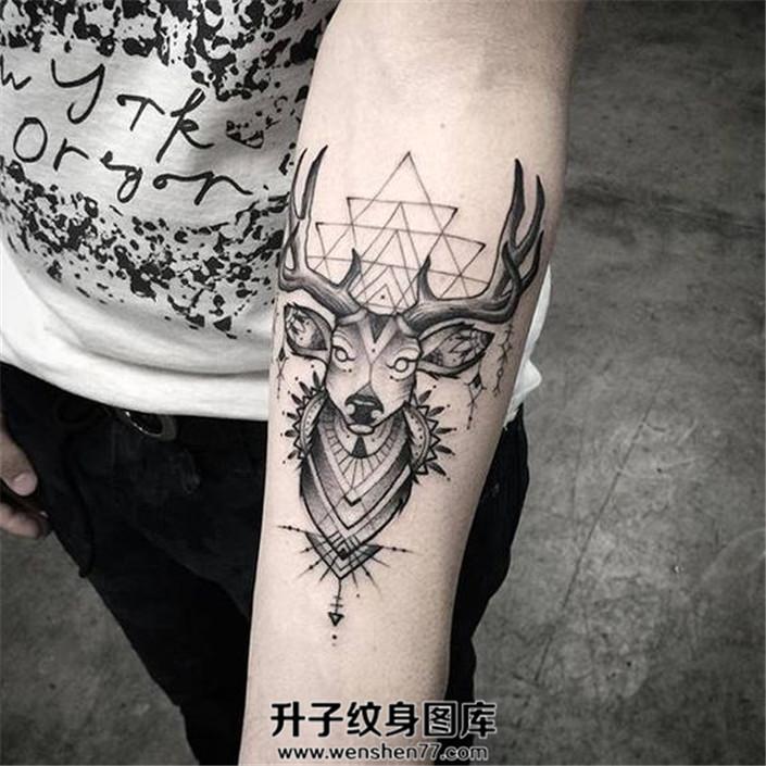 风格清新的几何图案加鹿头纹身