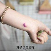淡紫色的小月亮和指甲颜色和手链更配哦