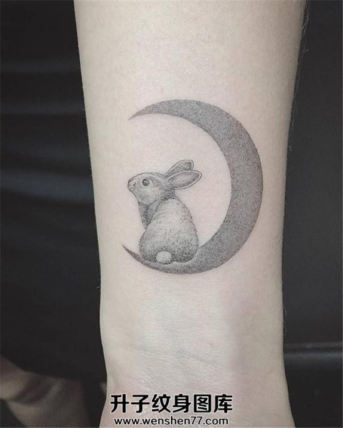 月亮和可爱兔子纹身