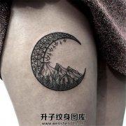 大腿上的月亮和山峰树林