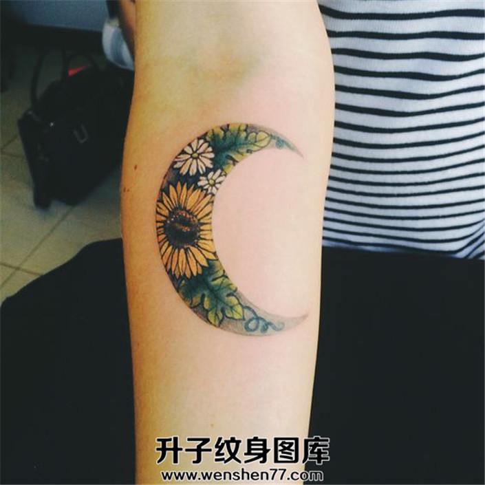 女生小臂月亮花朵纹身