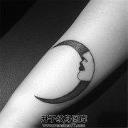 细细的月亮冷淡的侧脸画风特别的纹身