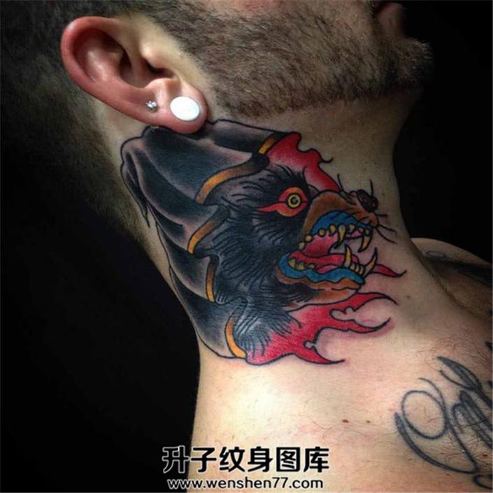 男性脖子狼纹身