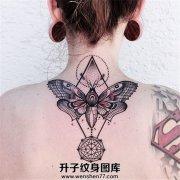 颈背部的飞蛾和几何图形结合的纹身