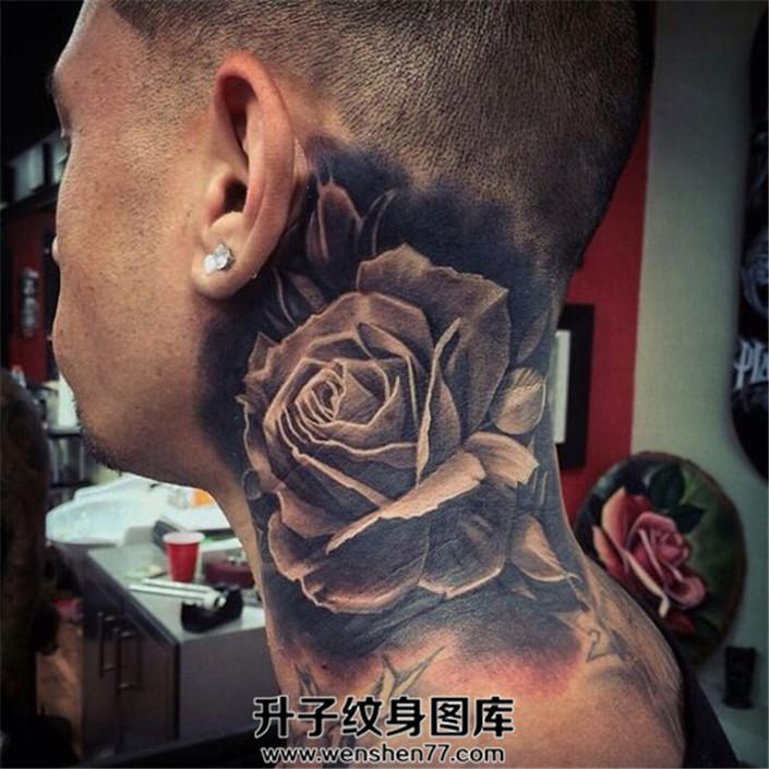 男子脖子侧面的写实玫瑰花纹身