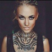 女性颈前肩部的玛雅图腾纹身