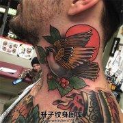 欧美老风格脖子侧面鸟纹身
