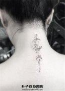 女生颈后小清新月亮图案纹身
