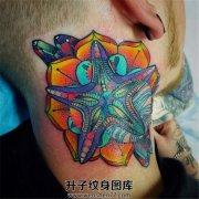 脖子侧面五彩斑斓的海星和几何图