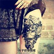 女性大腿马花朵纹身