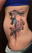 女性侧腰泼墨玫瑰马纹身