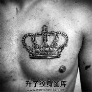 男性胸口皇冠纹身
