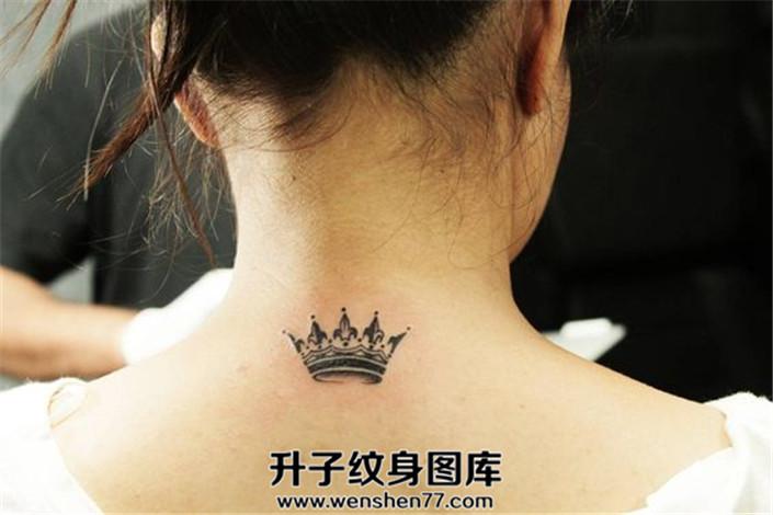 女生颈后小清新皇冠纹身