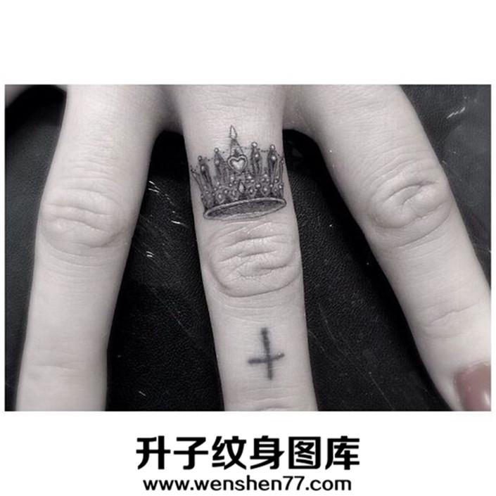 十字架与皇冠纹身