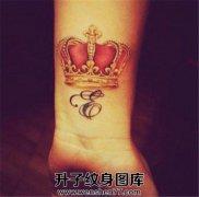 手腕红色皇冠与字母