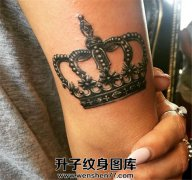 大臂上漂亮皇冠纹身