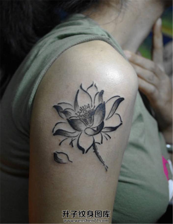 女性大臂黑灰色荷花纹身