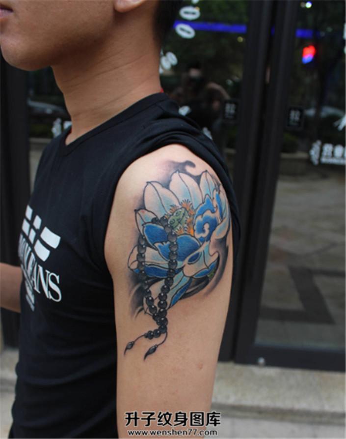 大臂传统荷花念珠纹身