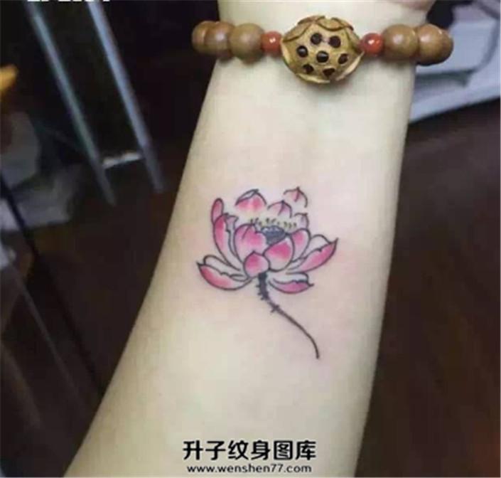 女孩手腕上清新的小莲花