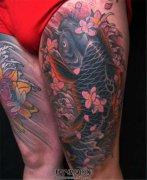 大腿传统鲤鱼樱花彩色纹身