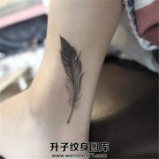 女生脚踝羽毛纹身