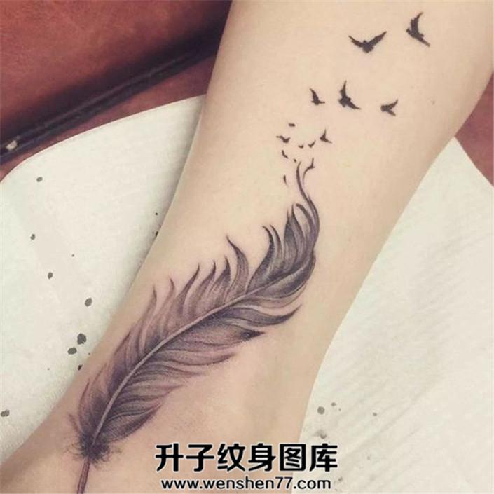 女孩小腿上的羽毛化作飞鸟纹身