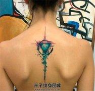 女性背部泼墨几何图形纹身