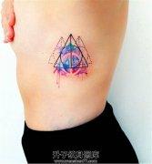 女性侧腰泼墨几何图形纹身