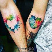 情侣手臂泼墨桃心纹身图案