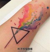 小臂泼墨三角形纹身