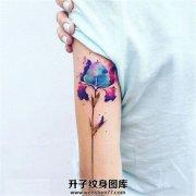 女生大臂泼墨植物纹身