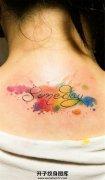女生颈后泼墨英文纹身图案