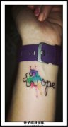 女生手腕泼墨拼图英文纹身图案