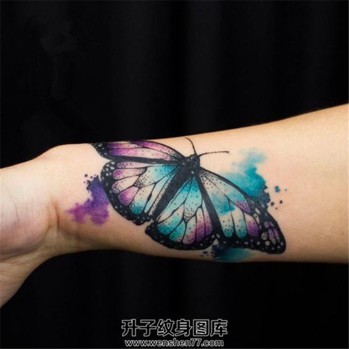 女生手腕泼墨蝴蝶纹身图案