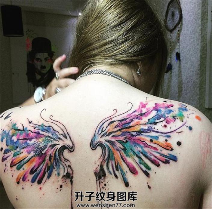女性背部泼墨翅膀纹身图案