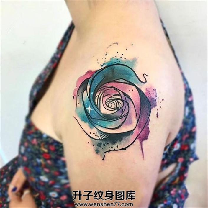 女性肩部泼墨玫瑰纹身图案
