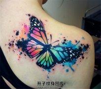 女性肩部泼墨蝴蝶纹身图案