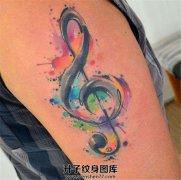 大臂泼墨音符纹身图案