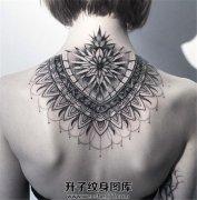 好看的女生背部点刺纹身图案
