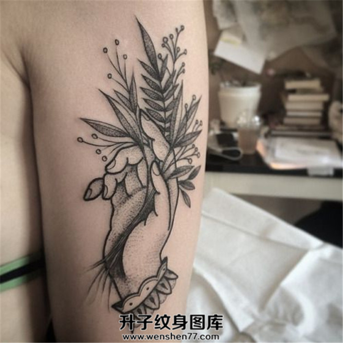 女生大臂上的植物与手纹身