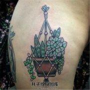 女性大腿上的一盆多肉植物纹身
