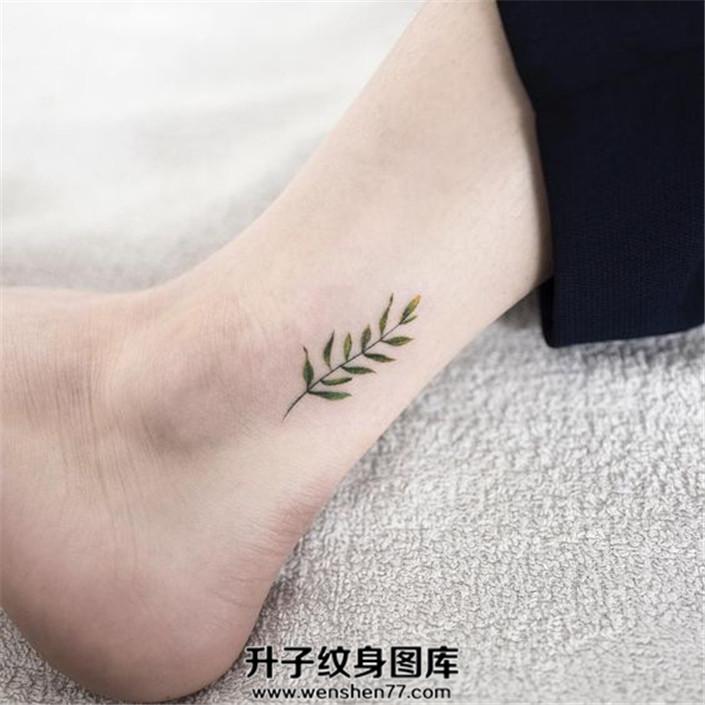 女生脚踝小巧的植物纹身惹人爱怜