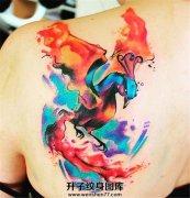 女性背部泼墨凤凰纹身图案