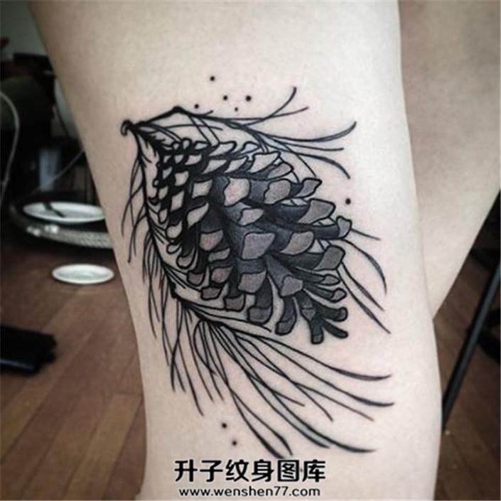 女生大腿松塔纹身图案